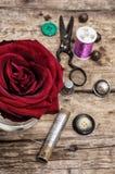 Rosa del rojo y accesorios y herramientas de costura Fotos de archivo