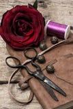 Rosa del rojo y accesorios y herramientas de costura Imagenes de archivo
