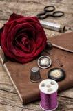 Rosa del rojo y accesorios y herramientas de costura Fotografía de archivo libre de regalías