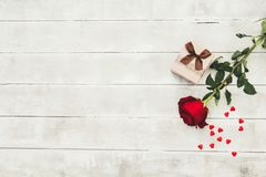 Rosa del rojo y caja de regalo en la tabla de madera valentines fotos de archivo