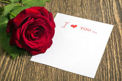 Rosa del rojo y nota del amor Imágenes de archivo libres de regalías