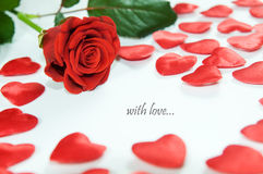 Rosa del rojo y pequeños corazones Fotos de archivo