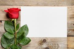 Rosa del rojo y tarjeta de felicitación Fotos de archivo