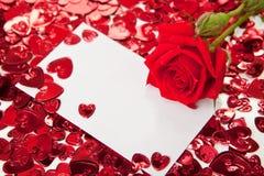 Rosa del rojo y tarjeta en blanco de la invitación Fotografía de archivo libre de regalías