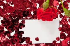 Rosa del rojo y tarjeta en blanco de la invitación Fotos de archivo