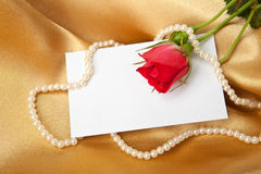 Rosa del rojo y tarjeta en blanco en el satén de oro Fotografía de archivo libre de regalías
