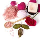 Rosa del rosa con la sal de baño y la vela Imagenes de archivo