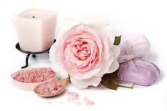 Rosa del rosa con la sal de baño y la vela Fotos de archivo