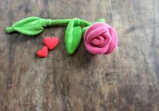 Rosa del rosa del día de tarjetas del día de San Valentín con el corazón rojo en el fondo de madera, lo Imagen de archivo libre de regalías