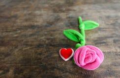 Rosa del rosa del día de tarjetas del día de San Valentín con el corazón rojo en el fondo de madera, lo Fotos de archivo