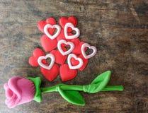 Rosa del rosa del día de tarjetas del día de San Valentín con el corazón rojo en el fondo de madera, lo Fotografía de archivo libre de regalías