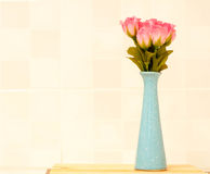 Rosa del rosa en el tarro azul. Fotos de archivo