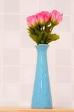 Rosa del rosa en el tarro azul. Foto de archivo