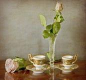 Rosa del rosa en un florero y un café express cristalinos para dos Imágenes de archivo libres de regalías