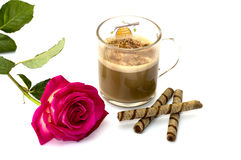 Rosa del rosa y vidrio de un capuchino con las galletas Imagenes de archivo