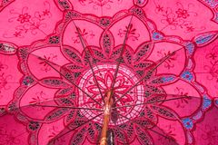 Rosa dentelleparaplyfron Venise arkivfoton