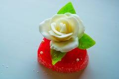 Rosa di bianco con le foglie verdi su un cuore rosso della marmellata d'arance, i dolci per gli amanti e le nozze Fotografia Stock Libera da Diritti