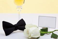 Rosa di bianco, legame di arco e scheda in bianco del posto. Fotografia Stock Libera da Diritti