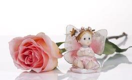 Rosa di colore rosa ed ed angelo di ceramica Fotografie Stock Libere da Diritti