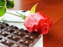Rosa di colore rosso e barra di cioccolato Fotografie Stock Libere da Diritti