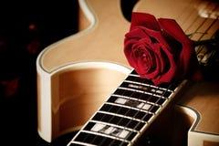 Rosa di colore rosso e chitarra di jazz Immagine Stock