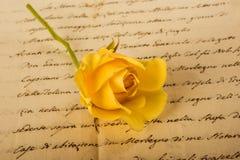 Rosa di giallo sulla lettera Fotografia Stock Libera da Diritti