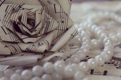 Rosa di Originale fatta a mano da vecchia partitura e da stile d'annata della collana bianca della perla, primo piano Immagine Stock