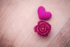 Rosa di rosa e cuore rosa con spazio su arenaria Immagini Stock