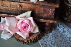 Rosa di rosa e scatola dell'oggetto d'antiquariato Fotografie Stock