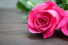 Rosa di rosa su fondo di legno marrone Fotografie Stock