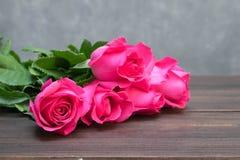 Rosa di rosa su fondo di legno marrone Fotografia Stock