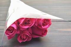 Rosa di rosa su di legno Fotografie Stock