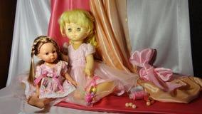 Rosa do jogo do cosiness da casa da menina do vestido da boneca dos brinquedos das bonecas imagem de stock royalty free