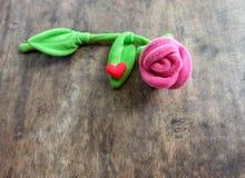 Rosa do rosa do dia de Valentim com coração vermelho no fundo de madeira, lo Foto de Stock Royalty Free