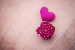 Rosa do rosa e coração cor-de-rosa com espaço no arenito imagens de stock