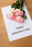 Rosa do rosa e mensagem do vale-oferta Fotografia de Stock