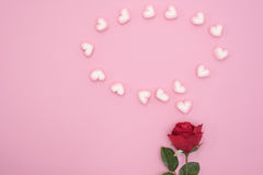 Rosa do vermelho com corações do discurso da bolha no fundo de papel cor-de-rosa Imagem de Stock