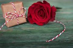 Rosa do vermelho com um presente no estilo chique gasto Fotos de Stock Royalty Free