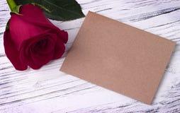 Rosa do vermelho e e envelope para o cartão do dia das mulheres do dia de Valentim Imagens de Stock Royalty Free