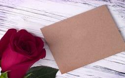 Rosa do vermelho e e envelope para o cartão do dia das mulheres do dia de Valentim Imagem de Stock