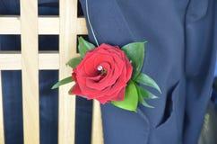 Rosa do vermelho em uma lapela em um casamento Fotos de Stock