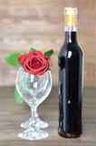 Rosa do vermelho, garrafa do vinho tinto e dois vidros de vinho Imagens de Stock Royalty Free