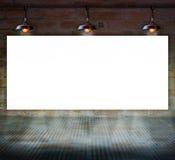 Rosa do vermelho no quadro rachado velho do wallBlank na parede de tijolo com assoalho de vidro fotos de stock