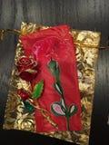 Rosa dräktsmycken in med guld- brytningar Royaltyfria Foton
