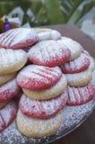 Rosa e biscotti naturali con lo zucchero di polvere immagine stock