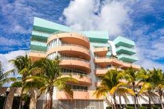 Rosa e construção azul na movimentação do oceano Miami Beach, Florida Foto de Stock