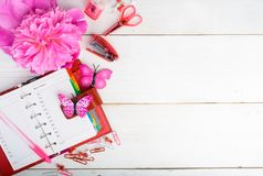 Rosa e estacionário vermelho com a flor sobre a tabela de madeira branca, wom Imagem de Stock Royalty Free