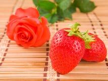 Rosa e fragole Immagine Stock