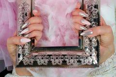 Rosa e pérola dos pregos com os diamantes com antigo decorados finamente imagens de stock royalty free