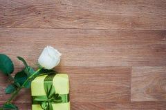 Rosa e scatola che si trovano sul pavimento Immagini Stock